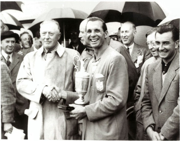 Max with trophy in 1951, with Antonio Cerda (right)